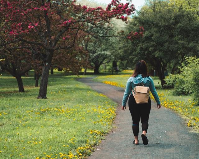 Vrouw aan het wandelen
