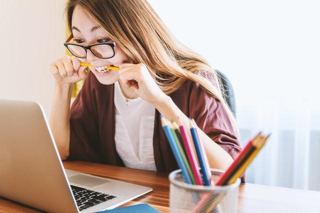Vrouw die gestresst is door veel emailverkeer van werk